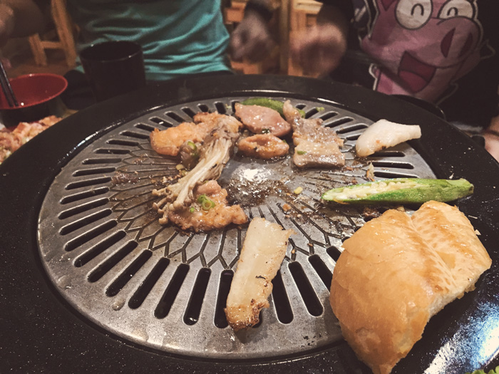 Chủ quán liên tục thay vỉ nướng cho khách cho tới tận khi hết đồ ăn.