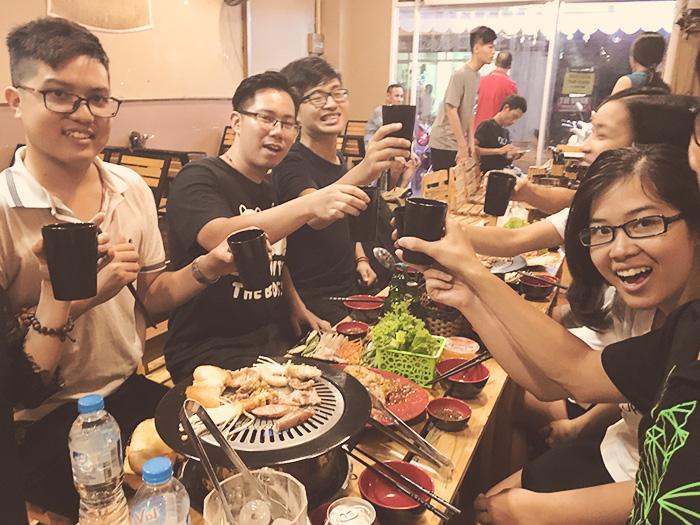 Team Operation và MasOffer công ty Eway cũng như các nhóm bạn trẻ khác trong một buổi tụ họp nhỏ cuối tháng 8 ở quán.