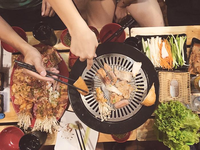 Bếp đủ nóng cũng là lúc đồ ăn được nướng bốc lên mùi thơm phưng phức khiến bụng ai cũng cồn cào. Nhiều bạn ngồi cạnh bếp không tránh khỏi nuốt nước bọt ừng ực.
