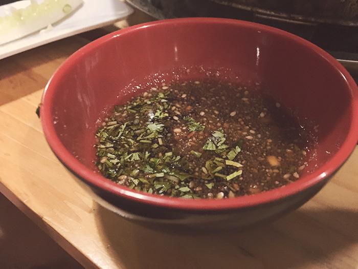Nước chấm ở quán cũng rất đặc biệt với vị chua ngọt đậm đà nếm vị bùi bùi của lạc vụn nhỏ rất thơm.