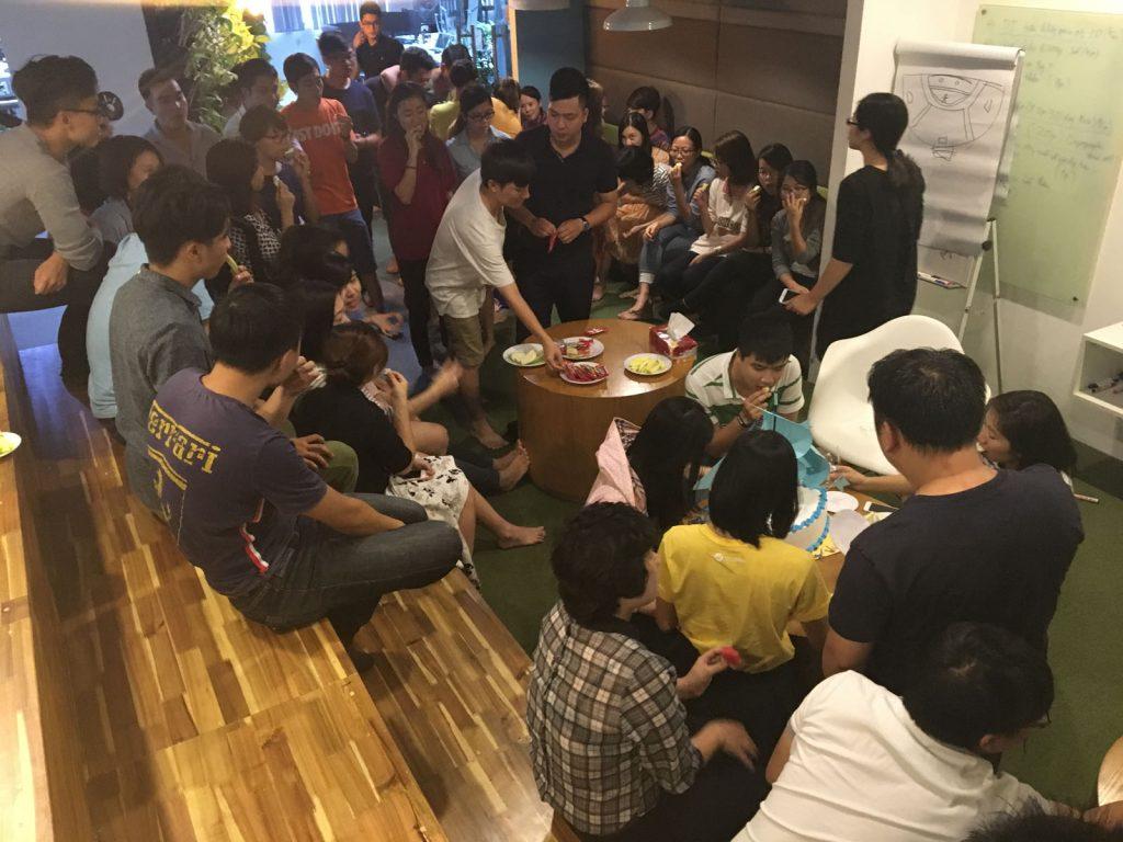 Rất đông anh chị em đồng nghiệp đã có mặt tại sảnh để chúc mừng Sinh nhật MasOffer.