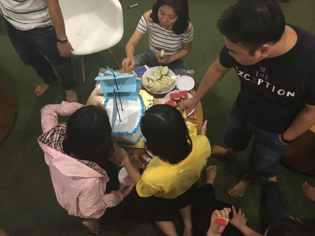 Sau bài hát chúc mừng Sinh nhật là màn thổi nến và cắt bánh. Ai cũng ấn tượng với bài phát biểu tròn 6,9 giây của anh Chu Xuân Vũ.