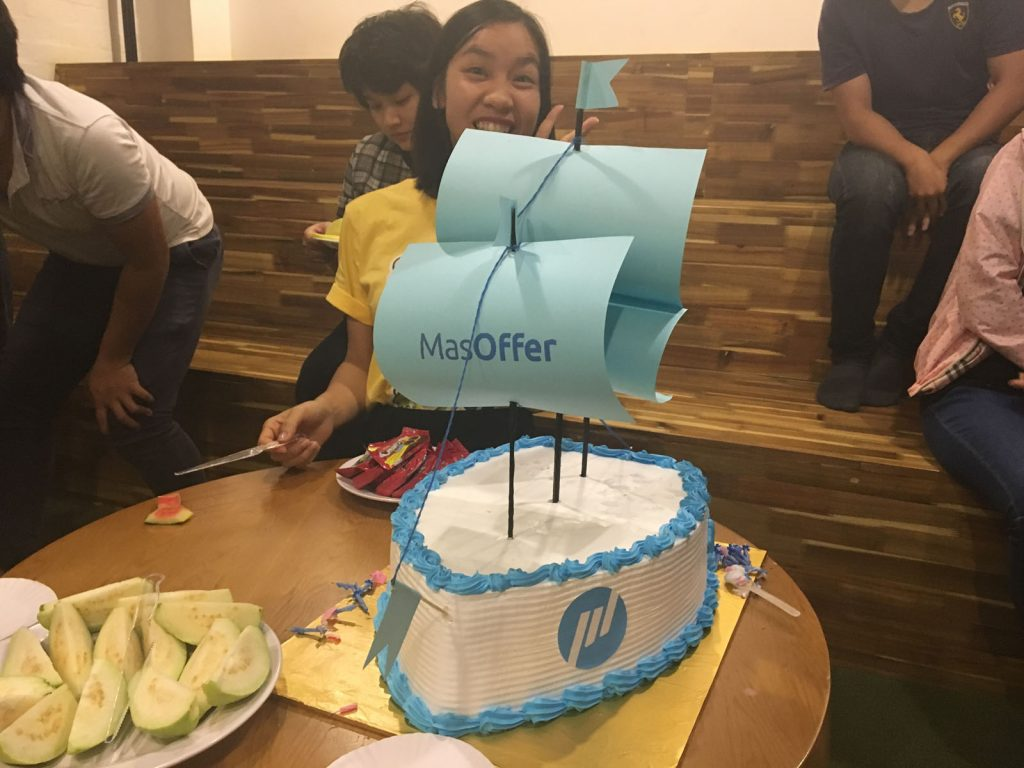 Chiếc bánh Sinh nhật mừng tròn năm của MasOffer rất to và khiến ai nấy nhìn thấy cũng phải trầm trồ.