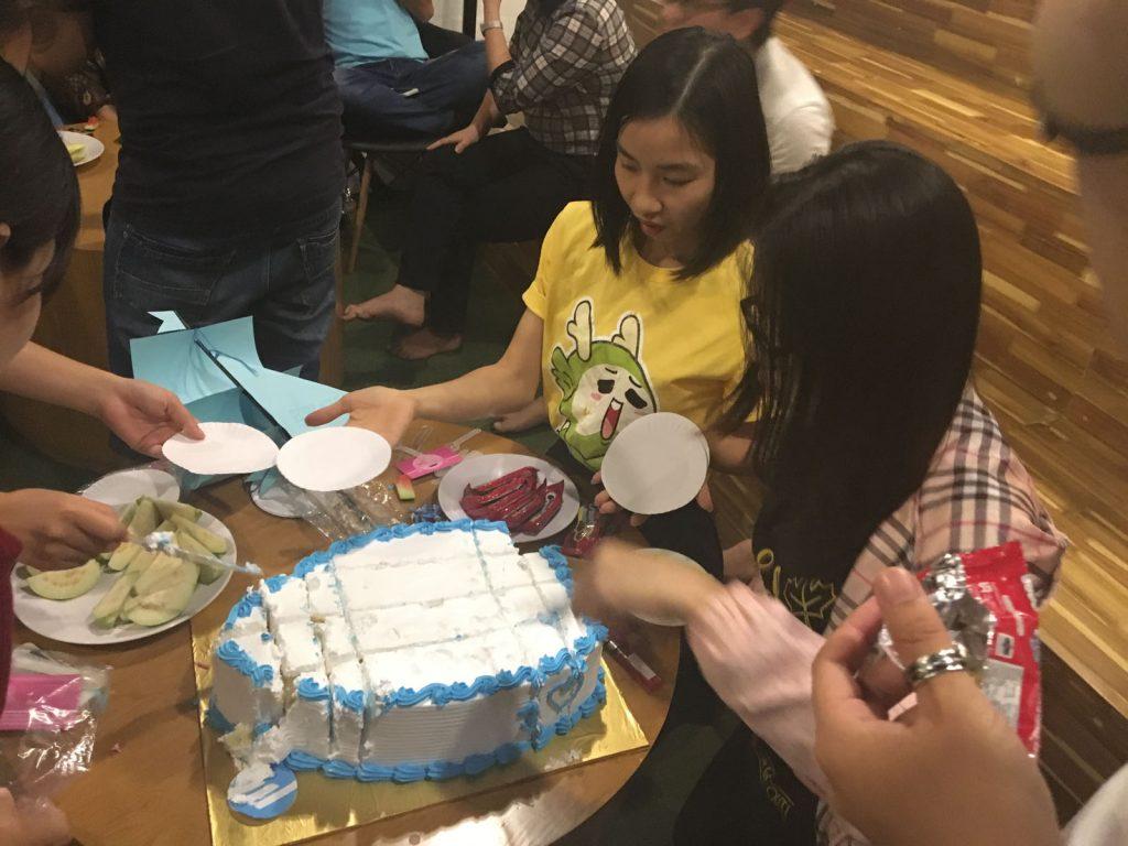 Như mọi lần, bánh gatô hết rất nhanh nhưng có vẻ lần này mọi người đã rút kinh nghiệm và đặt chiếc bánh rất to.
