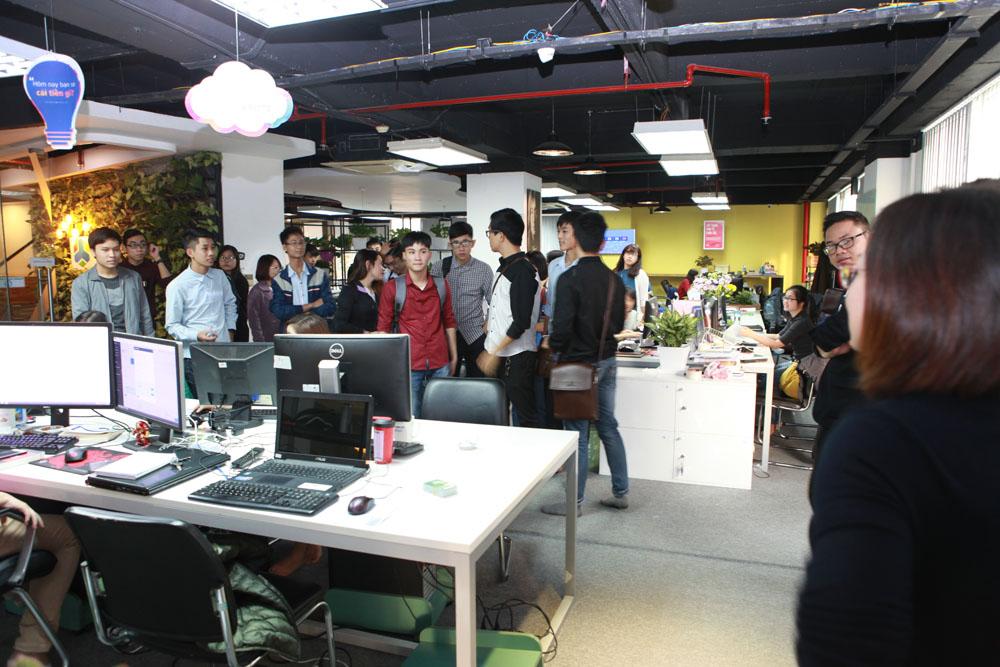 Các bạn sinh viên đã tới từ sớm để ghé thăm không gian làm việc của Eway.