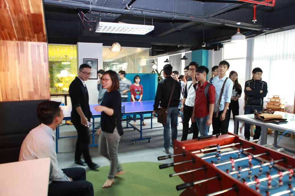 Nhân viên ở công ty được xả stress bằng bi lắc và bóng bàn tại khu vực sảnh. Các sinh viên tỏ ra đặc biệt thích thú với bàn bi lắc tại đây.