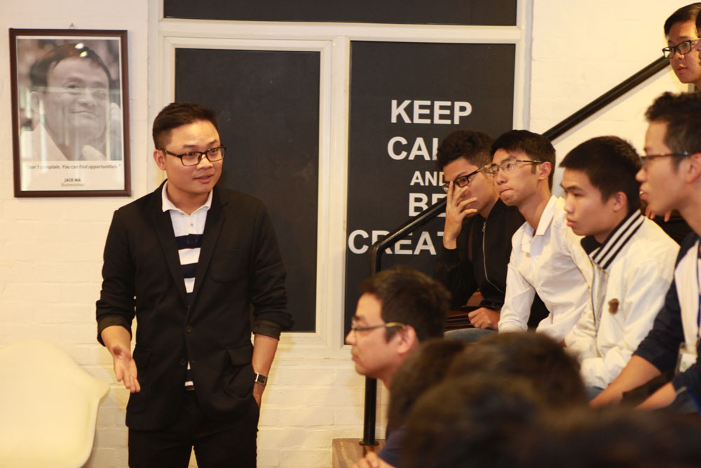 Thầy An, người trực tiếp giảng dạy các em luôn phải động viên các em mạnh dạn đặt câu hỏi. Theo thầy, các bạn sinh viên có rất nhiều tiềm năng nhưng tuổi đời còn trẻ khiến đa phần các bạn hơi rụt rè.