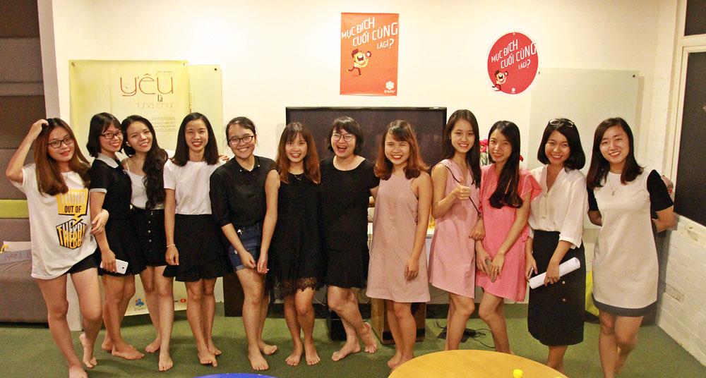 Ngày đồng loạt mặc váy của các chị em EWAY.