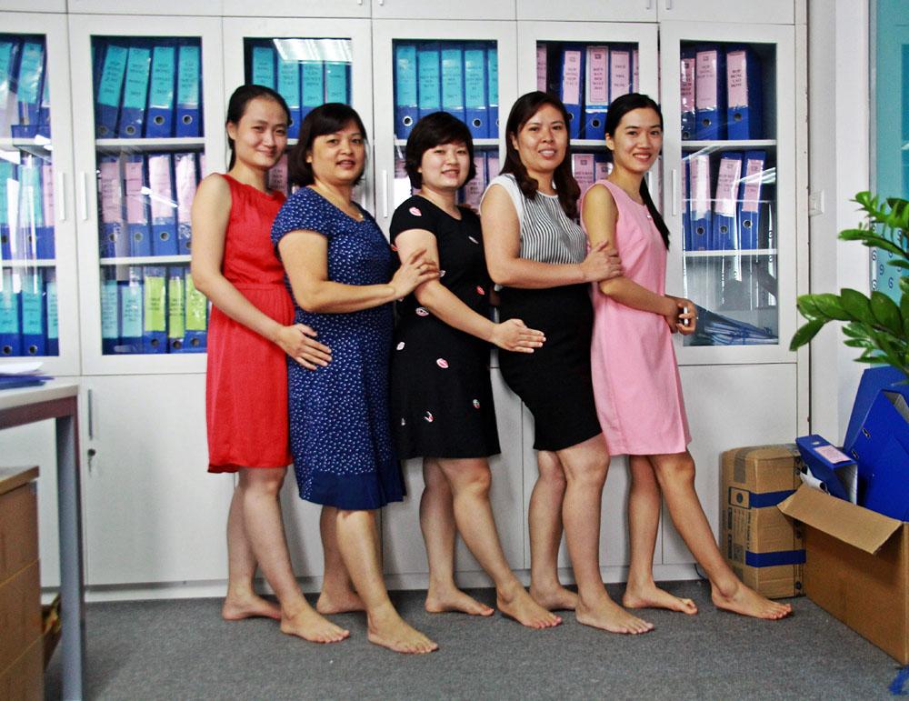 Các chị kế toán thướt tha với váy công sở.